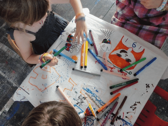 coloriage enfant noel animation dessin pour les enfants. Black Bedroom Furniture Sets. Home Design Ideas
